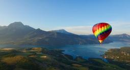 Vol en montgolfière au dessus du lac de Serre-Ponçon et embrun