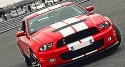 Pilotage sur Route en Mustang Shelby près d'Arles